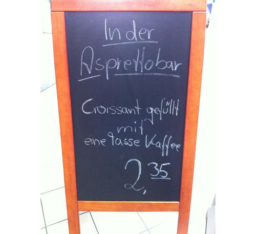 Croissant gefüllt mit eine Tasse Kaffee